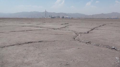 乾いた湖岸の地表には亀裂(2013年5月22日)