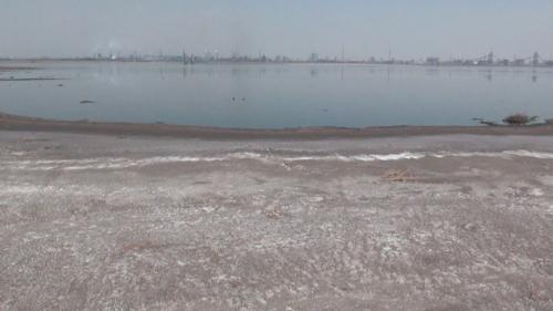 レアアース湖。 湖の向こうにはたくさんの工場が見える (2013年5月22日)