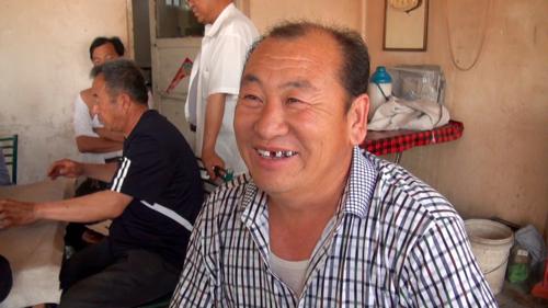 歯が抜けたと訴える打拉亥村の男性 (2013年5月23日)