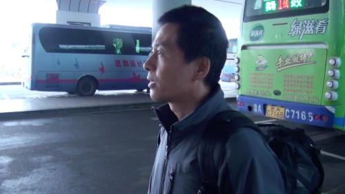取材に向かう朱瑞峰さん 2014年2月26日江西省南昌市