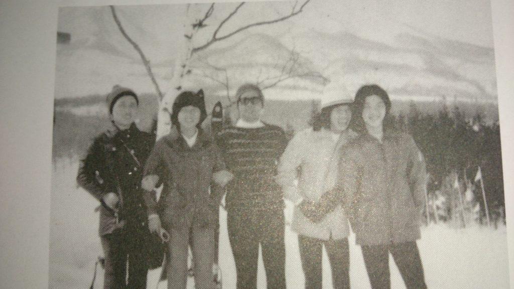 思い出の家族スキー。左から、母、妹、父、筆者、薫氏。赤倉温泉スキー場にて1975年