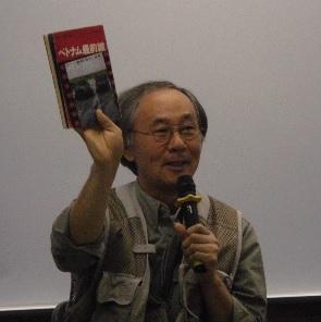 小林正典氏 フォトジャーナリスト。国連難民高等弁務官事務所と契約し難民を取材、国連写真家賞受賞。笑顔で手にしている本は小林さんが48年前に購入した石川文洋さんの著書「ベトナム最前線」。