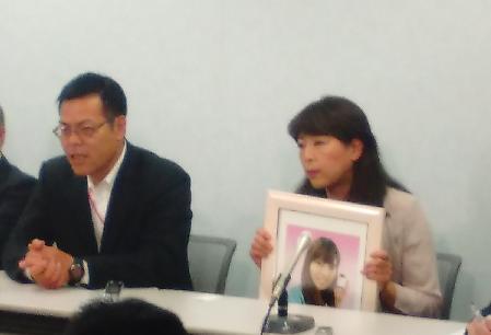 「不当な判決」と訴える牧子さんの両親。左は父の浩美さん、右は母の和子さん。5月16日大阪市内で撮影鈴木祐太(アイ・アジア)
