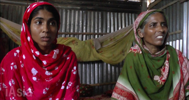 実行犯カイルルの実家にいた姉と母。バングラ北西部の貧しい農村だった。7月7日撮影宮崎紀秀