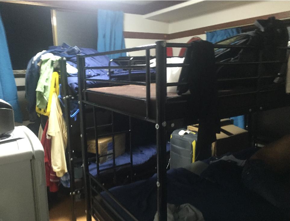 ベトナム人留学生4人が暮らす東京都内の日本語学校の寮。広さ4畳半のアパート二段ベッドが並ぶ。寮費は1人月3万円というボッタクリだ。撮影 出井康博