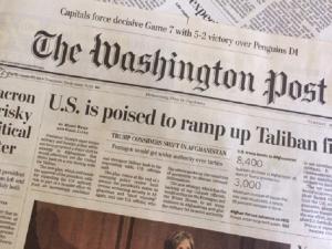 アフガニスタン政策の転換を伝えるワシントンポスト紙(5月9日)