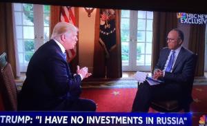 NBCテレビのインタビューにこたえるトランプ米大統領