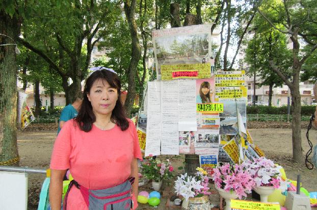 撤去作業をする岩永さんら(8月20日)