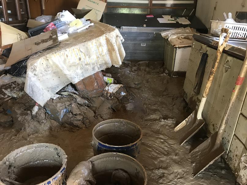土砂で埋まった台所
