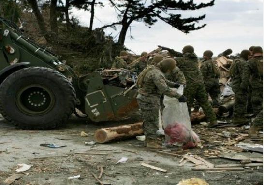 がれきの撤去に従事する米海兵隊(U.S.Marine Corps Photo)