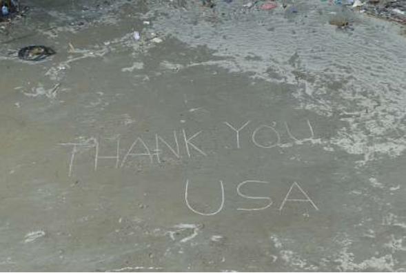 宮城県女川町で地上に書かれたメッセージ「THANK YOU USA」(U.S.Navi Photo)