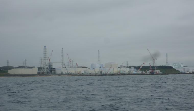 海上からみた東京電力福島第一原子力発電所(撮影:山崎秀夫)